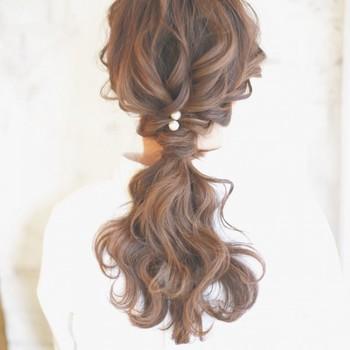 ざっくりとした編み込みにパールのヘアアクセサリーをON。フォーマルシーンにもぴったりな華やかヘアに。