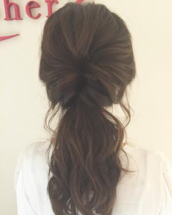 ゴムと頭との間に、髪が2等分になるように指を入れたら・・・まとめ髪を隙間の間から入れましょう。