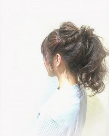 サイドに髪を残しポニーテールを作った後、サイドをくるくるねじってポニーテールと一緒に束ねるだけ。ボリュームアップして見せたい時におすすめです。