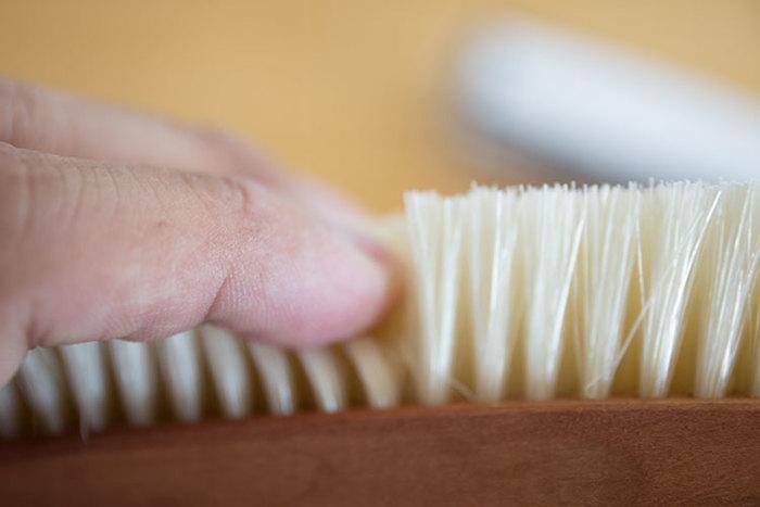 ブラッシングする素材に合った固さのブラシを使いましょう。例えば、カシミヤやシルクには、ウールや革製品用と同じ固さのものは避けたいですね。
