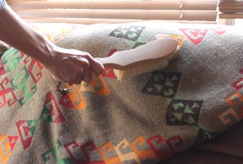 なかなか洗いに出せない素材のブランケットだって、ササッとお手入れでいつでも綺麗に。