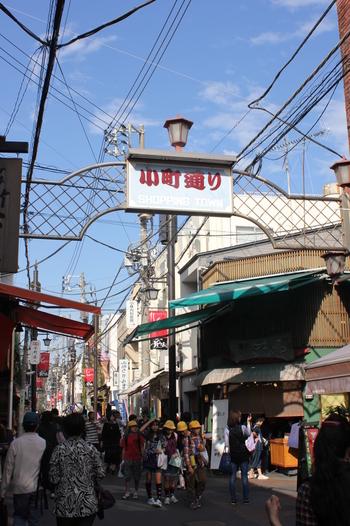「鎌倉小町通り」とは、鎌倉駅東口から鶴岡八幡宮までのびる若宮大路の西側をほぼ平行に走る、ショッピングや食べ歩きで人気の鎌倉のメインストリートです。  小町通りと言えば食べ歩き。休日には観光客だけでなく地元民も押し寄せごった返す人気ぶりなのです。それでは、小町通りで人気の食べ歩きグルメをみていきましょう♪