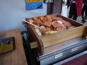 鎌倉駅から小町通りに入ってすぐの場所にある鎌倉揚げ・かまぼこのお店「あさひな」。種類豊富な揚げ物をお土産で買える他、店頭で食べ歩き用も販売しています。ブレンドされたさかなのすり身がアツアツに蒸されていて、驚くほどふわふわの食感!
