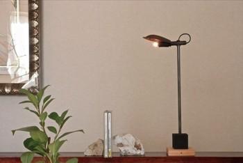 『スタンドライト』とは、お部屋のコーナーやテーブル・ベットサイドに置くための照明器具のこと。持ち運びがしやすいので、色々な場所で使えて便利です。