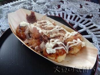 食べ歩きと言って忘れてはいけないのがたこ焼きですが「鎌倉J's」では鎌倉らしくしらすを入れたたこ焼きが売られています。たこにしらすが加わって磯の味が更に楽しめる鎌倉ならではのたこ焼き、是非味わってみてください。