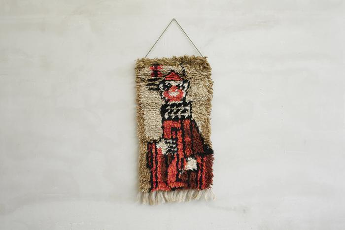 コートの他にも、北欧ヴィンテージのラグやタペストリーも、素材に見合ったブラシを使って大切に。きちんと保管をすれば、布は本当に長持ちするんですね。