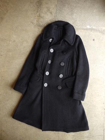 良質のコートは着ているだけで、気分を落ち着かせてくれます。だからこそ、大切に着たい。深い光沢が美しいコートも、きちんとブラッシングをして長持ちさせましょう。