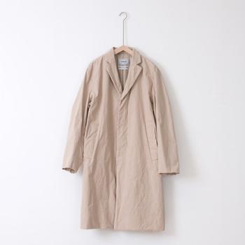 YAECA(ヤエカ)のチェスターコートも、主な素材は綿ですが、お手入れはドライクリーニングのみ。ブラシがあれば、心強いですね。