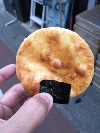 お醤油とお米のいい匂いが漂うのは、お煎餅屋さん「鎌倉壱番屋」。職人さんが炭火で1枚1枚焼きあげたアツアツのおせんべいを直接手渡してもらえます。