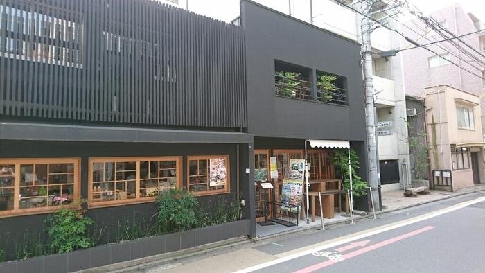 都野菜 賀茂は京都に3店舗展開しています。地下鉄四条駅、阪急烏丸駅より徒歩3分のところにあります。有機・無農薬、または減農薬で京都府産にこだわった都野菜を、種類も豊富にバイキング形式でいただけるお店です。メニューに加えて魅力的なのが、ワンコイン(500円)というリーズナブルな朝食バイキングの料金。平日の早朝7:00からオープンしているのも嬉しいポイントです。