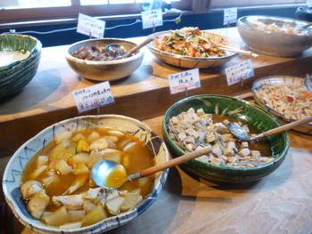 """何種も並ぶおばんざいは、素朴でありながらもほっこりする""""京の味""""。あれもこれもとお皿にとるうちにお腹がいっぱいになりそう♪"""