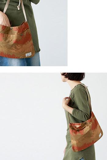 ぺたんとした薄いかたちが特徴のサコッシュバッグです。  コンパクトなサイズ感で身軽に動きたい時に便利。  コーディネートのポイントになるカモフラージュ柄がおしゃれ。