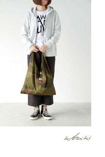 三角の形が特徴のタイバッグ。  風呂敷のようなルックスで、着こなしのアクセントになってくれそうですね。