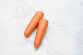 取れたての新鮮なにんじんは、栄養素もより豊富に含まれています。 皮の部分にも多くの栄養が含まれているため、皮ごと食べるのがおすすめ。  にんじんに含まれるβ-カロテンは体内でビタミンAに変換され、健康に効果が期待できると言われています。 また、油との相性がよく、揚げ物や油炒めなどで共に摂取することでビタミンAの効果が増します。