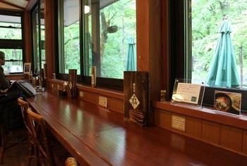 窓際にカウンター席、奥にはテーブル席というレイアウト。