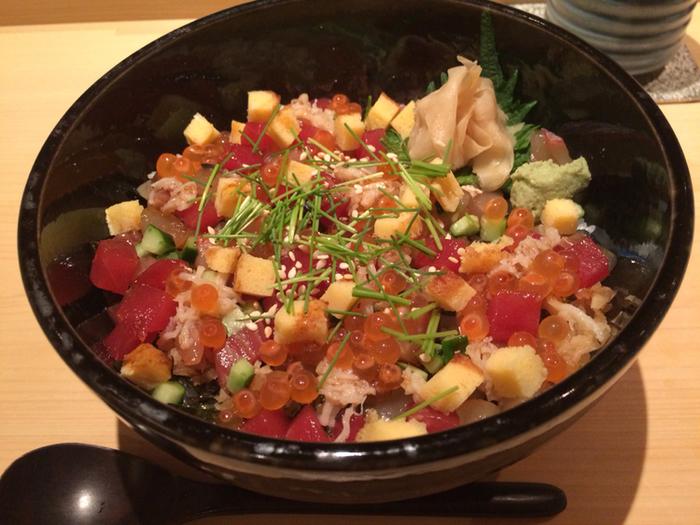 あさりのおみそ汁付きのばらちらしは新鮮なお刺身といくらのしょうゆ漬けがたっぷりと乗っています。