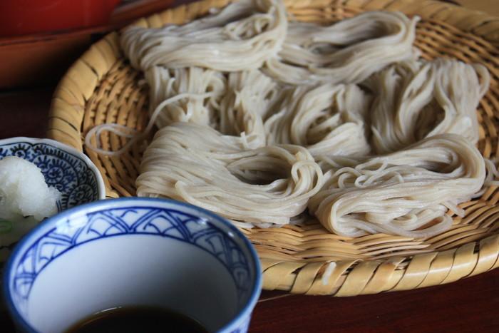 細く繊細な麺と辛めのつゆが身上です。