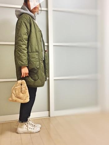 アクセサリーやバッグで女性らしさを加えてもいいですね。