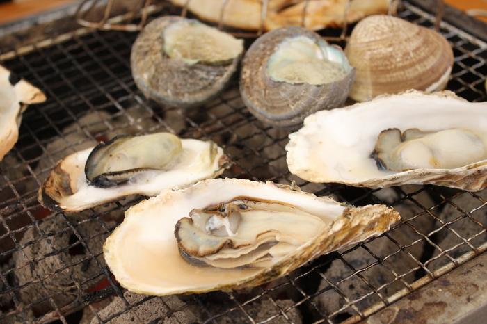 冬は牡蠣小屋が有名な糸島ですが、1年を通して新鮮な魚介類やお肉、野菜、乳製品と、美味しい食べ物がたくさん!夏はBBQも楽しめます♪