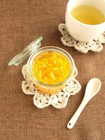 柚子とハチミツがあれば作れる簡単レシピ。消毒をした空の瓶に柚子の皮を入れてハチミツで漬け込みます。お湯で割れば、ふんわり香る柚子茶を楽しめます。ホットはもちろん、アイスでいただくのもおすすめですよ。