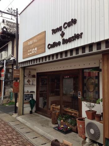 山を守りたいという店主の思いから始まった「糸島くらし×ここのき」。糸島の間伐材を使った商品の企画などもされています。木工製品だけでなく「糸島のものだけで暮らしを成り立たせていく」というコンセプトのもと、糸島で暮らすつくり手の作品や食品など様々なモノが並びます。店内の一角では「タナカフェ」の珈琲をいただきながらひと休みできますよ。