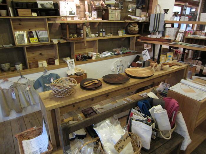 ご紹介した「陶工房Ron」の作品や、「MUKAの乾燥パスタ」などもお取扱されています。ここで好みの作家さんを見つけて、訪ねてみるのもいいですね。