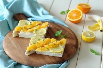 クリームチーズを塗ったトーストに、レモンのはちみつ漬けとオレンジをのせた、見た目にも爽やかなトースト。朝からばっちりビタミン補給しましょう♪