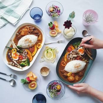 残り物のカレーだって、flitさんの手にかかればこの通り。ただお皿に盛るのではなく、彩りや盛り付け方法にひとひねり加えれば、見栄えが大幅にアップします。