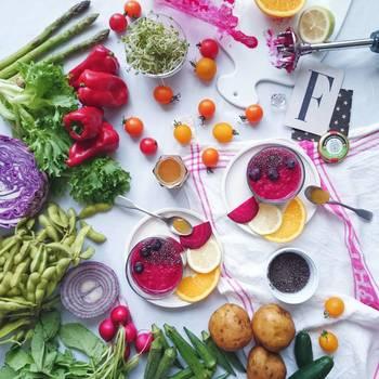 さらにflitさんのテーブル写真では、小道具がふんだんに使われます。 何気なく置いたキッチン小物や草花が生活感を排除し、他とは一線を画す仕上がりに。