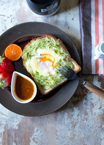 時間がない朝、野菜も卵もいっぺんに食べたい!そんな時におすすめのトーストがこちら。もんじゃ焼きのようにキャベツで土手を作り、その中に卵をそっと落として焼きます。