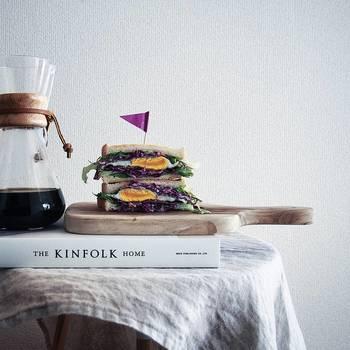 断面が美しいサンドイッチは、思い切って真横から撮影。いちばん素敵に見える場所をしっかりおさえているのはさすがです。