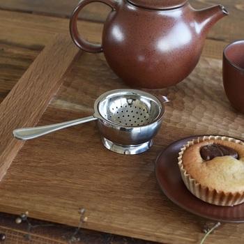 洗練されたシンプルデザインと機能性を兼ね備えた工房アイザワのキッチンアイテム。「美味しいお茶を淹れる」という目的をシンプルに叶えてくれる茶こしは、受け皿が付いているので、テーブルの上で1杯分のお茶を淹れるのに便利です。