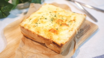 クロックムッシュ再現した本格アレンジトーストです。とろ~りホワイトソースとチーズが絶妙に絡み合いやみつきになりそうです。