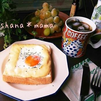 クロックムッシュに目玉焼きをのせたものが、クロックマダム。レンジでチン♪で出来ちゃうこちらのクロックマダムは、ちょっと贅沢な朝食を簡単に叶えてくれる嬉しいレシピです。