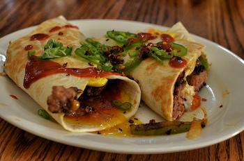 """スタバで軽く食事をしたい時にぴったりの「サラダラップ」は、野菜がたっぷりとれるので女性に大人気。また、2017年丸の内にオープンした""""umum good burritos! (ウムウム グッドブリトーズ!)""""の看板メニュー「ブリトー」は、ニューヨーカーにはおなじみの気軽に味わえてヘルシーなファーストフードのひとつなんですよ。"""