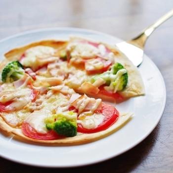 トルティーヤの皮が余ってしまったら...ピザの生地代わりに使ってもOK!薄い皮ですが、スライストマトやチーズをのせて厚みを出しています。