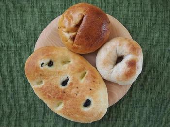 天然酵母のパンや、具沢山の揚げないピロシキも販売されています。