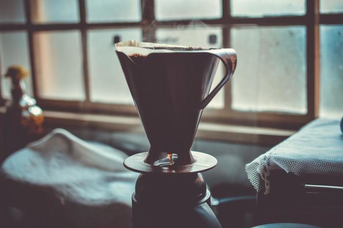 読書の合間にちょっとひと休み。ゆっくりと時間をかけて一杯のコーヒーを淹れる丁寧な時間も、忙しい毎日ではなかなか難しいですよね。