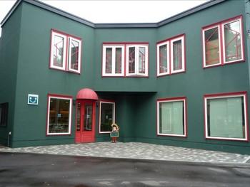 住宅街に建つ緑と赤を基調とした「ベッカライ島田屋」。店内にはイートインコーナーも♪