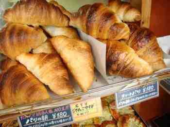 一番人気は20センチほどにもなる大きいクロワッサン「パリの朝」。サクッと感を出すために27層にし、ミキシングにもこだわったパンです。