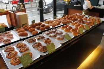 なんと、お客さんがパンの商品提案をして採用されればその方の名前が付くというユニークな販売方法! そしてオーナーはパン一家で生まれ育った本物の職人さんです。技術と発想が融合したパンを味わってみてください♪