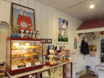 札幌にある「ピーナッツベーカリー」は、スヌーピー好き必見の話題のお店。店名にもなっている『ピーナッツ』とは、みんなの人気者でおなじみの『スヌーピー』の原作タイトル。名前のとおり、店内はスヌーピーやその仲間達のキャラクターグッズに溢れています。