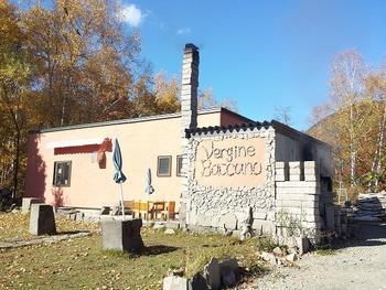 定山渓温泉街の外れ、緑豊かな森を背に立つパン工房。石窯で焼いたしっかりとした生地のパンが自慢のお店。2013年に定山渓に移転しました。小樽方面へ行く道沿いにあります。