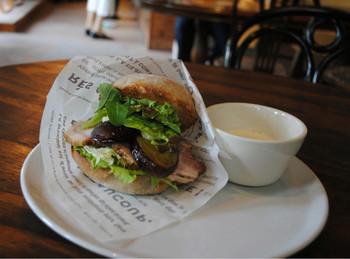 店内にはカフェスペースもあって、自慢のパンを使ったサンドやパンと同じく道産小麦を使った自家製生パスタのランチメニューも味わえます。ドライブがてら立ち寄ってみては。