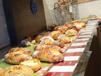 こちらのパン屋さんの人気は10種類ほどある天然酵母を使ったパン。特に「天然酵母のバゲット」は予約しないとすぐ売り切れてしまうほど。プレーンのバゲットなのに、何もつけなくても噛むほどに味が染みわたります。