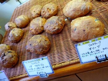 根強いファンが多い「ぱん吉」。道産小麦やフランス産小麦など14種類の小麦を使い分けてつくられるパンは毎日食べても飽きない「違い」があります。食パンもとても美味しいですよ♪