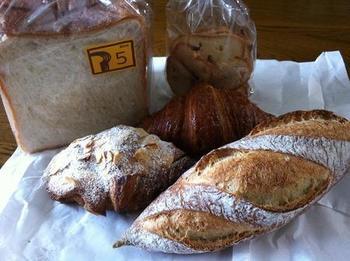 パン好きなら一度は訪れてみたいお店。おかず系、甘い系、ハード系とずらりとおいしそうなパンが並んでいます。