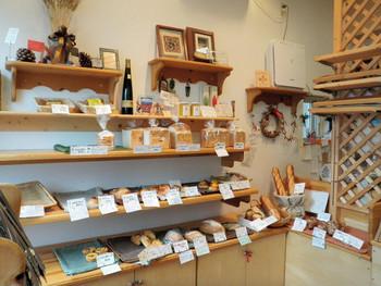 店内は広くはないもののパンの種類は豊富! 人気のパンはすぐ売り切れてしまいます。