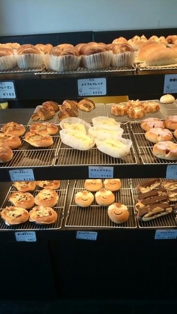 さいたま新都心からもう1店ご紹介します。 こちらのお店は店内食べ歩きという、パン好きさんにはたまらないシステムがあります。 45分1000円で、対象のパンが食べ放題!食べ歩きは10時半からですがすぐに席が埋まってしまうので早めの来店がお勧めです。