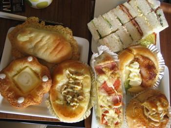 お惣菜パンもこの充実。あれもこれもとついつい食べ過ぎてしまいそうですね。パンの種類の多さも人気の秘訣です。